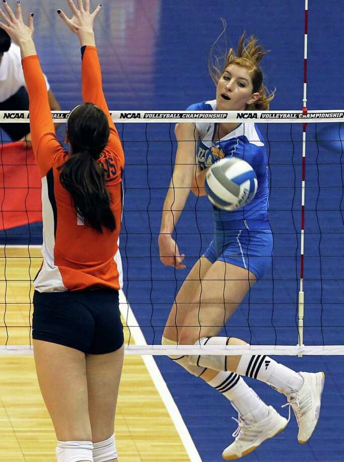 Rachael Kidder switches direction and gets a kill along the sideline for the Bruins as UCLA plays Illinois in the  2011 NCAA National Championship volleyball match at the Alamodome on December 17, 2011 Tom Reel/Staff Photo: TOM REEL, Express-News / © 2011 San Antonio Express-News