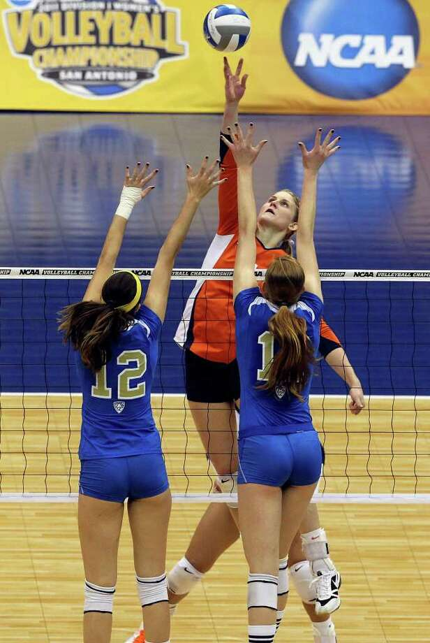Colleen Ward skies for the Fightin Illini as UCLA plays Illinois in the  2011 NCAA National Championship volleyball match at the Alamodome on December 17, 2011 Tom Reel/Staff Photo: TOM REEL, Express-News / © 2011 San Antonio Express-News