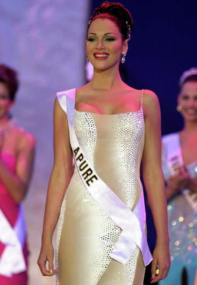 FILE - In this photo taken on Sept. 9, 2000, Eva Ekvall competes in the Miss Venezuela 2000 beauty contest in Caracas, Venezuela.  Ekvall, whose struggle with breast cancer was closely followed by Venezuelans, has died at age 28. Her family said Ekvall died Saturday Dec. 17 at a hospital in Houston.  Ekvall was crowned Miss Venezuela in 2000, and the following year she was third runner-up in the Miss Universe pageant in Puerto Rico. She went on to work as a model, actress and television news anchor. (AP Photo/Fernando Llano) Photo: Fernando Llano / AP