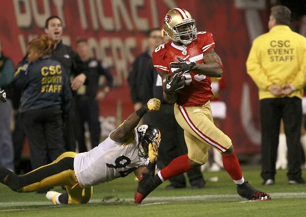 49er Vernon Davos makes a long gain during the San Francisco 49ers vs. the Pittsburg Steelers at Candlestick Park in San Francisco, Calif., on Monday, December 19, 2011. Photo: John Storey, Special To The Chronicle