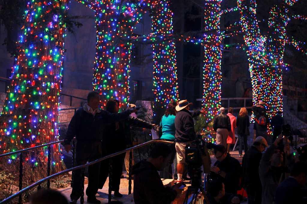 Riverwalk San Antonio Christmas.City Gives Nod To Tradition But Leds Stay San Antonio
