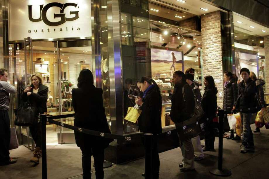 VICTOR BLUE: BLOOMBERG NEWS MORE BUYING, MORE STEALING: Shoppers line up at an Ugg store in New York earlier this week. An uptick in shopping has been accompanied by an increase in shoplifting. Photo: Victor Blue / © 2011 Bloomberg Finance LP