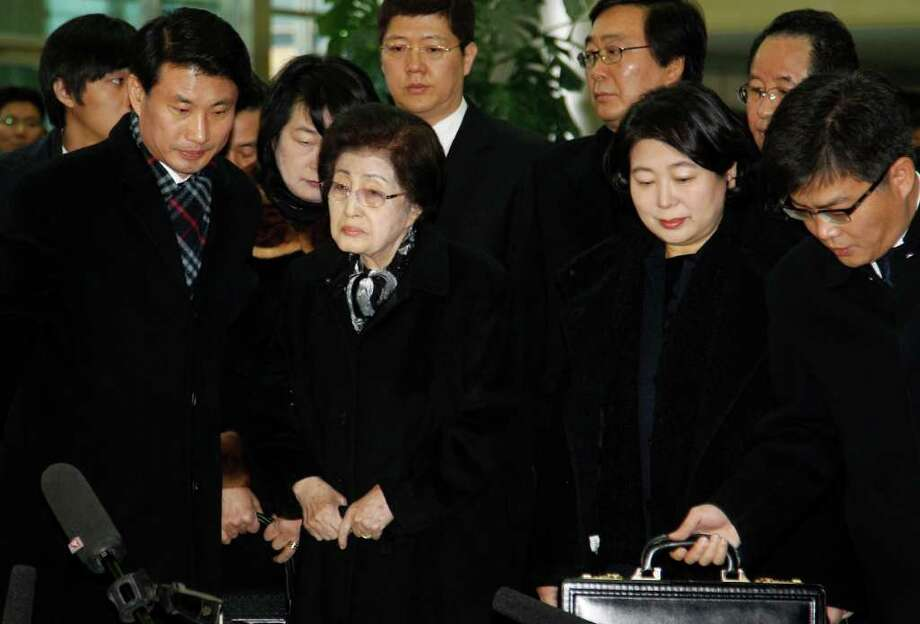 Lee Hee-ho, second from right, widow of late former South Korean President Kim Dae-jung, and Hyundai Group chairwoman Hyun Jeong-eun, second from right, prepare to depart from the Inter-Korean Transit Terminal en route to North Korea from the border village of Paju in the demilitarized zone (DMZ), in Paju, South Korea, Monday, Dec. 26, 2011. Lee and Hyun are part of a 18 person group allowed by South Korea to attend the Dec. 28 funeral of late North Korean leader Kim Jong Il in Pyongyang, North Korea. Photo: AP