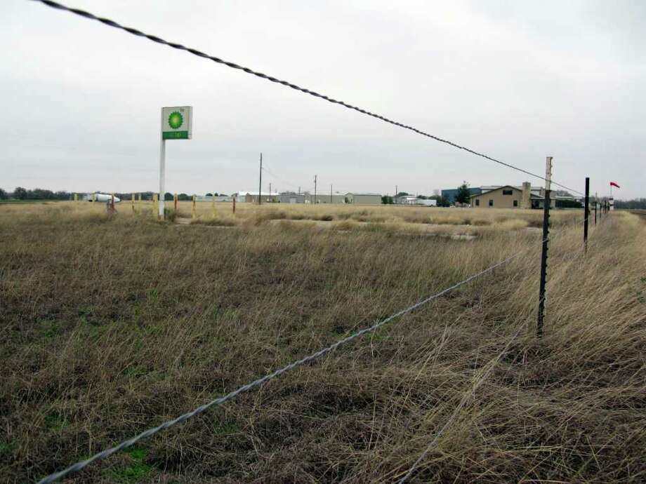This wire fence erected beside Windsock Lane in the Zuehl Flying Community has prompted several suits to be filed by New Braunfels resident David Goad, whose daughters own a fenced off parcel that formerly held a fueling station. The community's homeowners association erected the fence to block non-members, including Goad, from using the roads and small airstrip in the subdivision in western Guadalupe County. Zeke MacCormack / zeke@express-news.net. Photo: SAN ANTONIO EXPRESS-NEWS, Zeke MacCormack / SAN ANTONIO EXPRESS-NEWS