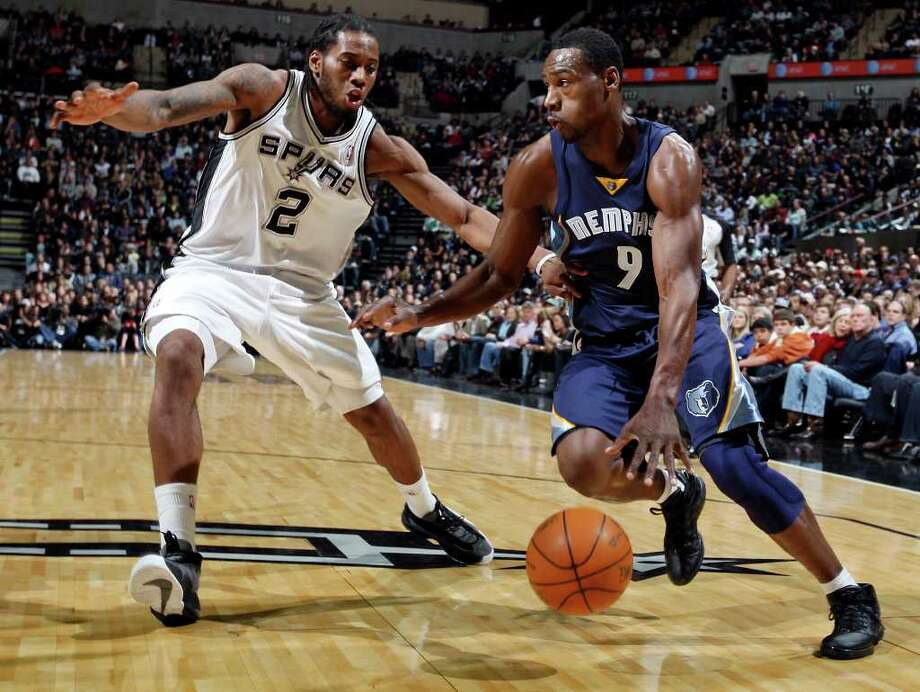 San Antonio Spurs' Kawhi Leonard defends Memphis Grizzlies' Tony Allen during first half action Monday Dec. 26, 2011 at the AT&T Center. Photo: EDWARD A. ORNELAS, Express-News / SAN ANTONIO EXPRESS-NEWS (NFS)