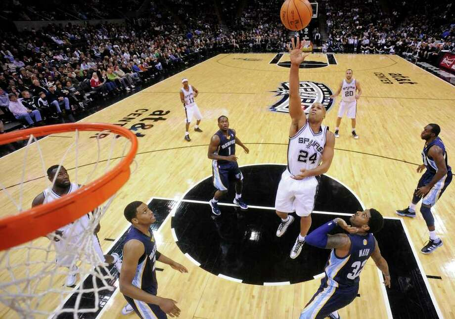 San Antonio Spurs' Richard Jefferson shoots against the Memphis Grizzlies during first half action Monday Dec. 26, 2011 at the AT&T Center. Photo: EDWARD A. ORNELAS, Express-News / SAN ANTONIO EXPRESS-NEWS (NFS)