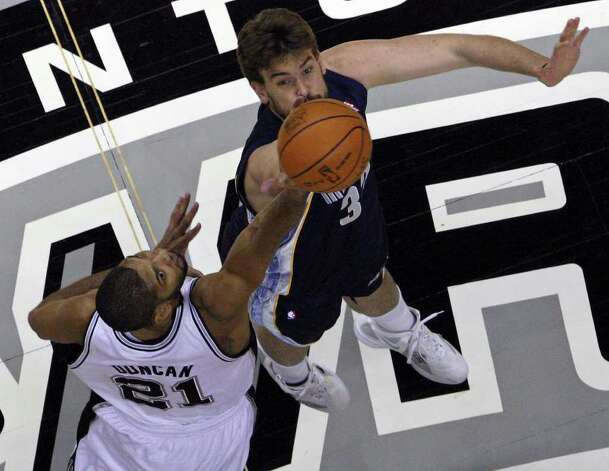 San Antonio Spurs' Tim Duncan and Memphis Grizzlies' Marc Gasol jump ball at the start of the game Monday Dec. 26, 2011 at the AT&T Center. Photo: EDWARD A. ORNELAS, Express-News / SAN ANTONIO EXPRESS-NEWS (NFS)