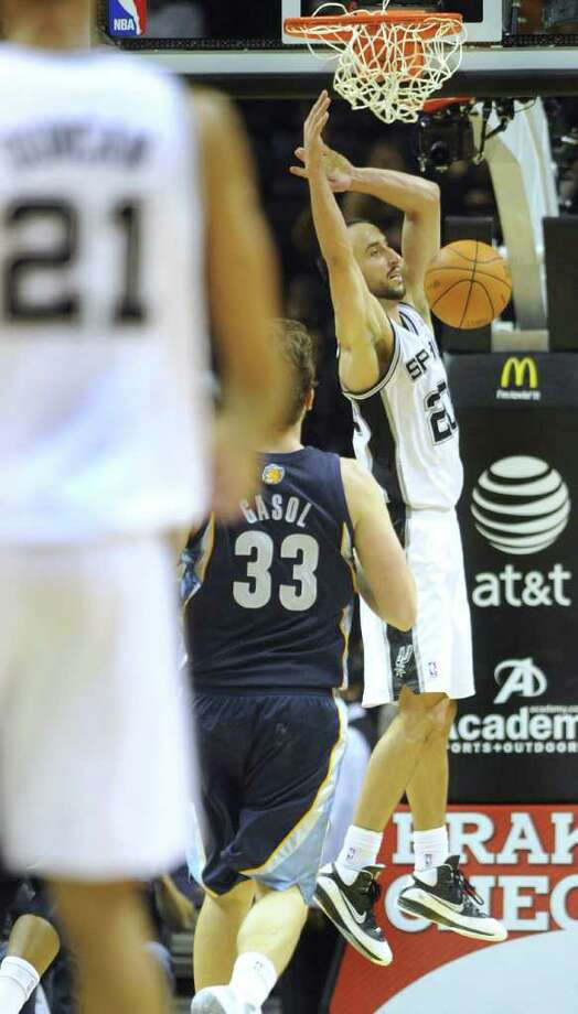 Manu Ginobili of the Spurs dunks against the Memphis Grizzlies during NBA action at the AT&T Center on Monday, Dec. 26, 2011. BILLY CALZADA / gcalzada@express-news.net  Memphis Grizzlies at San Antonio Spurs Photo: BILLY CALZADA, Express-News / gcalzada@express-news.net