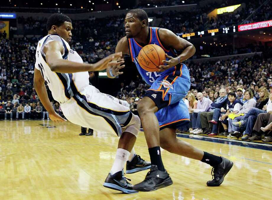 LANCE MURPHEY: ASSOCIATED PRESS DRIVING FORCE: Oklahoma City forward Kevin Durant, right, makes a move toward the basket in the first half Wednesday night as Memphis forward Rudy Gay defends. Photo: Lance Murphey / FR67639 AP