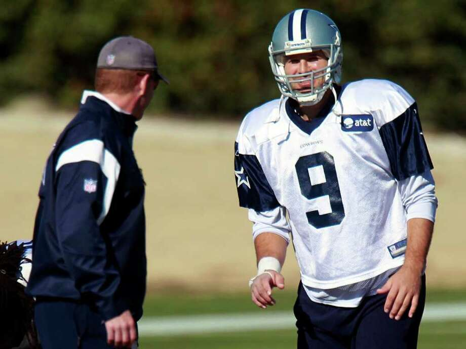 MICHAEL AINSWORTH: ASSOCIATED PRESS STILL UNDER WRAPS: Cowboys quarterback Tony Romo, right, plans to play Sunday despite an injured throwing hand. Photo: Michael Ainsworth / The Dallas Morning News