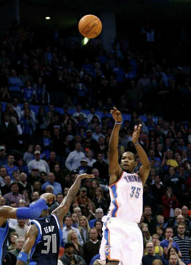 Alonzo Adams: Associated Press XXXXXXXX: Oklahoma City Thunder forward Kevin Durant (35) shoots a 3-pointer to win the game against the Dallas Mavericks during the final seconds of an NBA basketball game in Oklahoma City, Thursday, Dec. 29, 2011. Oklahoma City won 104-102.  (AP Photo/ Photo: Alonzo Adams / FR159426 AP