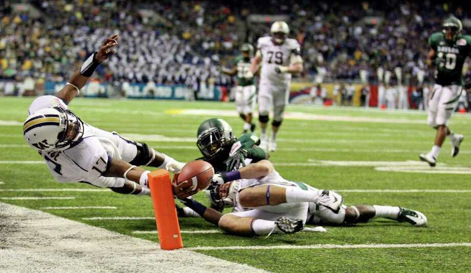 FOR SPORTS - Washington's Keith Price scores a touchdown against Baylor during second half action of the 2011 Valero Alamo Bowl Thursday Dec. 29, 2011 at the Alamodome in San Antonio,Tx.  (PHOTO BY EDWARD A. ORNELAS/eaornelas@express-news.net) Photo: EDWARD A. ORNELAS, SAN ANTONIO EXPRESS-NEWS / SAN ANTONIO EXPRESS-NEWS (NFS)