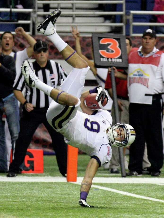 FOR SPORTS - Washington's Devin Aguilar dives into the end zone for a touchdown against  Baylor during first half action of the 2011 Valero Alamo Bowl Thursday Dec. 29, 2011 at the Alamodome in San Antonio,Tx.  (PHOTO BY EDWARD A. ORNELAS/eaornelas@express-news.net) Photo: EDWARD A. ORNELAS, SAN ANTONIO EXPRESS-NEWS / SAN ANTONIO EXPRESS-NEWS (NFS)