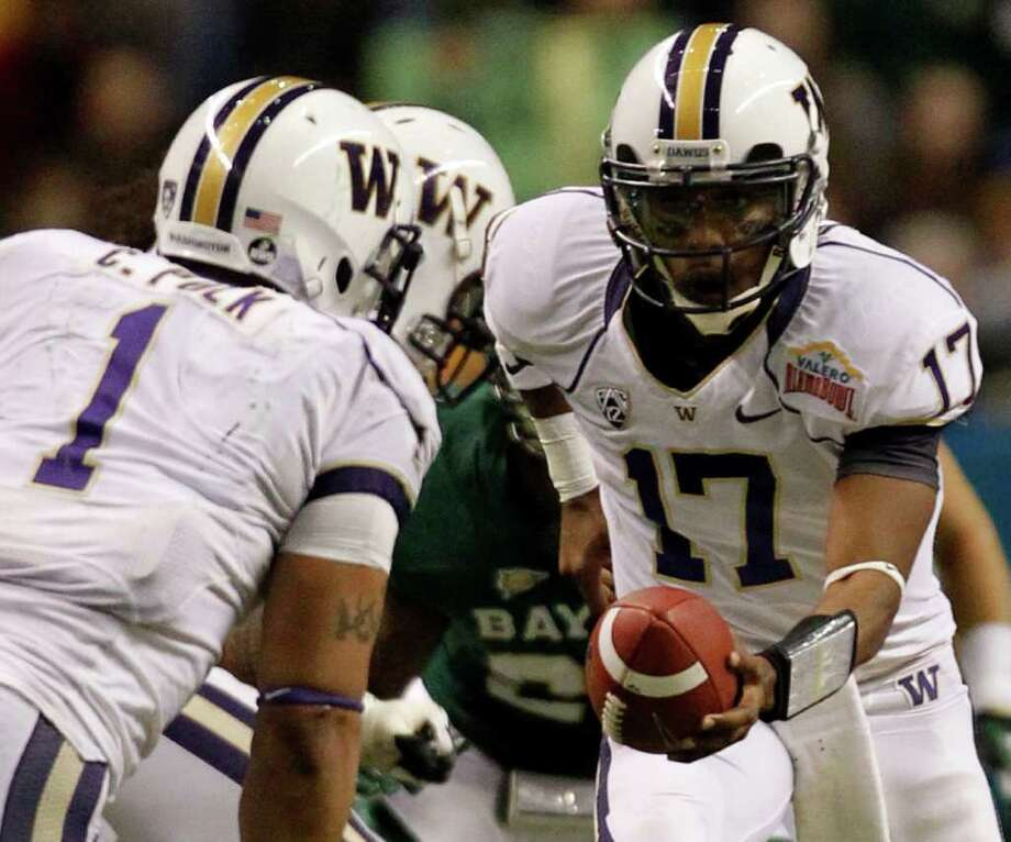 FOR SPORTS - Washington's Keith Price (17) hands off to Chris Polk during game action against Baylor of the 2011 Valero Alamo Bowl at the Alamodome in San Antonio, Texas on Thursday, Dec. 29, 2011. MICHAEL MILLER / mmiller@express-news.net Photo: MICHAEL MILLER, SAN ANTONIO EXPRESS-NEWS / mmiller@express-news.net