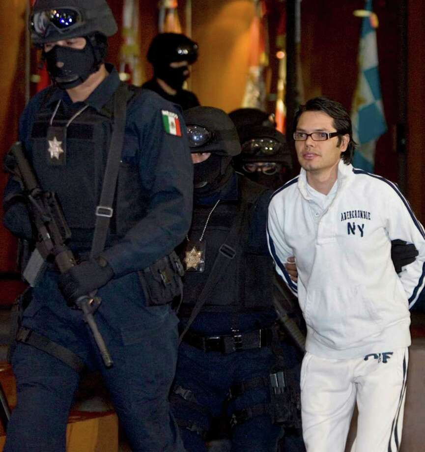 Mexican federal agents escort alleged Mexican drug trafficker Vicente Carrillo Leyva, right, during his presentation to the media in Mexico City in 2009. Photo: Eduardo Verdugo / AP