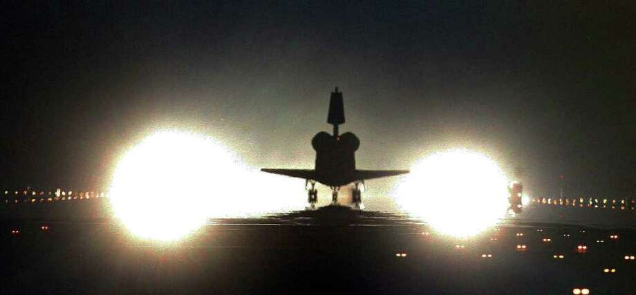 June 4, 2011   The space shuttle Endeavour lands after the orbiter's final mission in Kennedy Space Center. Photo: James Nielsen, Houston Chronicle / Copyright James Nielsen 2011