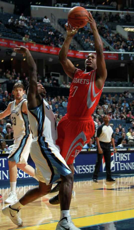 Houston Rockets guard Kyle Lowry (7) shoots while defended by Memphis Grizzlies forward Jeremy Pargo, left, in the first half of an NBA basketball game on Friday, Dec. 30, 2011, in Memphis, Tenn. (AP Photo/Nikki Boertman) Photo: Nikki Boertman / FR2769 AP