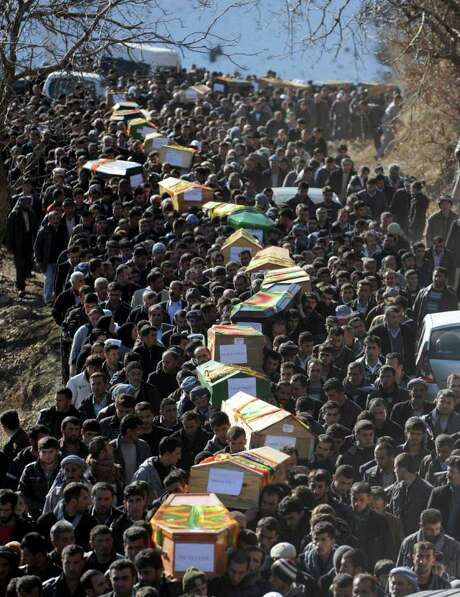 BULENT KILIC: AFP/GETTY IMAGES  PROCESSION: Victims of a Turkish airstrike are taken for burial on Friday in Sirnak province. It was one of the highest single-day civilian death tolls in the long conflict. Photo: BULENT KILIC / AFP