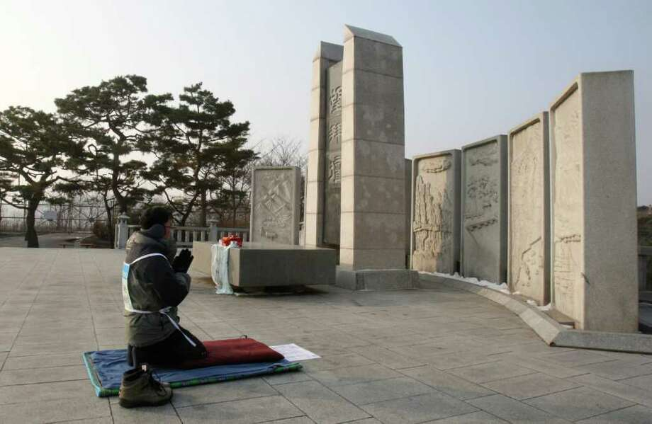 AHN YOUNG-JOON: ASSOCIATED PRESS NEAR BORDER: South Korean Buddhist Chun Byung-chan on Friday prays for peace on the Korean Peninsula near the village of Panmunjom, which separates the two Koreas. Photo: Ahn Young-joon / AP