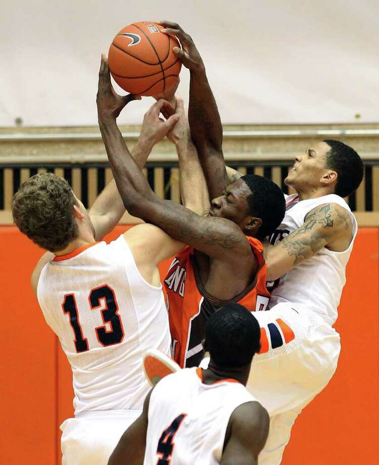 UTSA's Igor Nujic (13) and Michael Hale III (right) try to slow Torian Oglesby, who nearly lifted Bowling Green to victory Sunday with 20 points on 10-of-10 shooting. Photo: KIN MAN HUI, ~ / SAN ANTONIO EXPRESS-NEWS