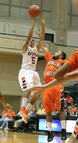 UTSA's Michael Hale, III (05) launches a jumpshot against Bowling Green's Jordan Crawford (01) in men's basketball at UTSA on Sunday, Jan. 1, 2012. UTSA won 86-79 in overtime. Photo: KIN MAN HUI, ~ / SAN ANTONIO EXPRESS-NEWS