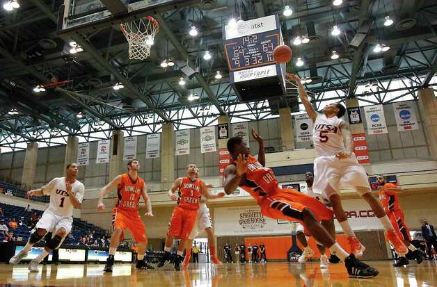 UTSA's Michael Hale, III (05) attempts a shot against Bowling Green's Torian Oglesby (32) in men's basketball at UTSA on Sunday, Jan. 1, 2012. UTSA won 86-79 in overtime. Photo: KIN MAN HUI, ~ / SAN ANTONIO EXPRESS-NEWS