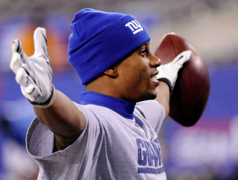 New York Giants wide receiver Victor Cruz poses for a fan after catching a pass while warming up before an NFL game against the Dallas Cowboys Sunday, Jan. 1, 2012, in East Rutherford, N.J. Photo: Bill Kostroun, Bill Kostroun, Associated Press / FR51951 AP