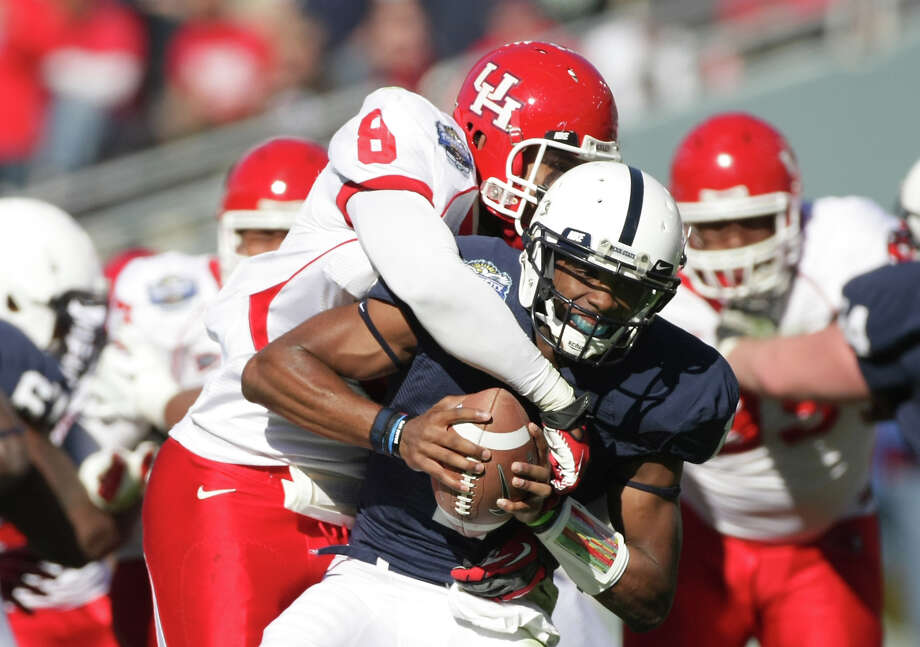 University of Houston linebacker Sammy Brown sacks Penn State quarterback Rob Bolden for an eight-yard loss. Photo: Nick De La Torre, Chronicle /  2012  Houston Chronicle