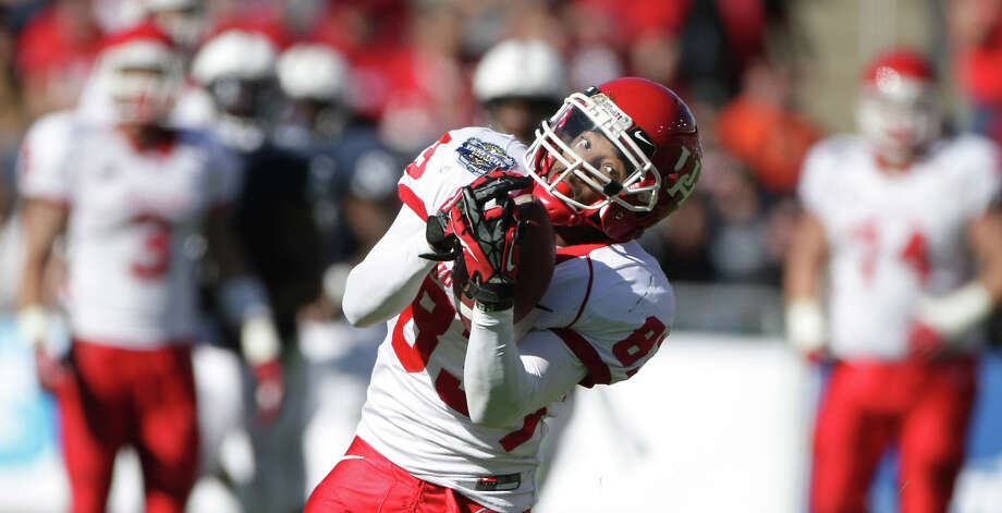 University of Houston wide  receiver Patrick Edwards (83) makes an open field catch for a 40-yard  touchdown during the second quarter of the Ticket City Bowl. Photo: Nick De La Torre, Chronicle /  2012  Houston Chronicle