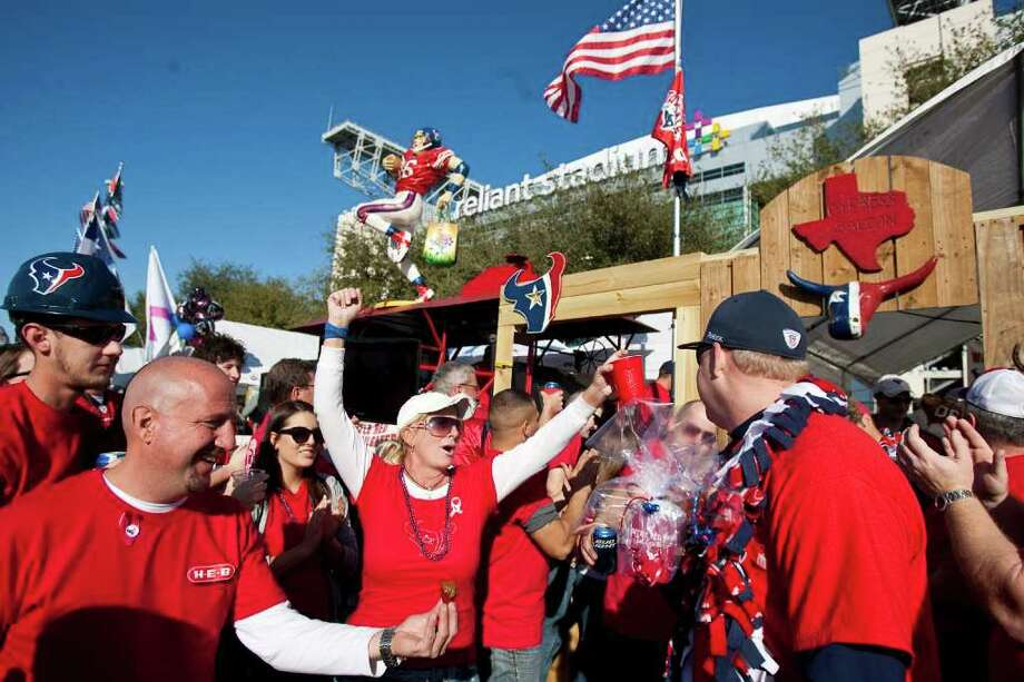 Nick de la Torre : STAFF  TOP TEAM: The Battle Red Wagon Tailgaters show their enthusiasm as judges leave the team's spot during the H-E-B Tailgater of the Year competition Sunday. Photo: Nick De La Torre / © 2012  Houston Chronicle