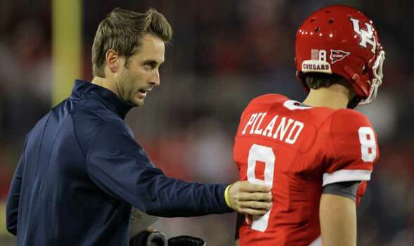 University of Houston co-offesive coordinator Kliff Kingsbury, left, gives instructions to freshman quarterback David Piland in the second quarter of a NCAA football game against Central Florida Friday, Nov. 5, 2010, in Robertson Stadium in Houston. Photo: Nick De La Torre, Houston Chronicle / Houston Chronicle
