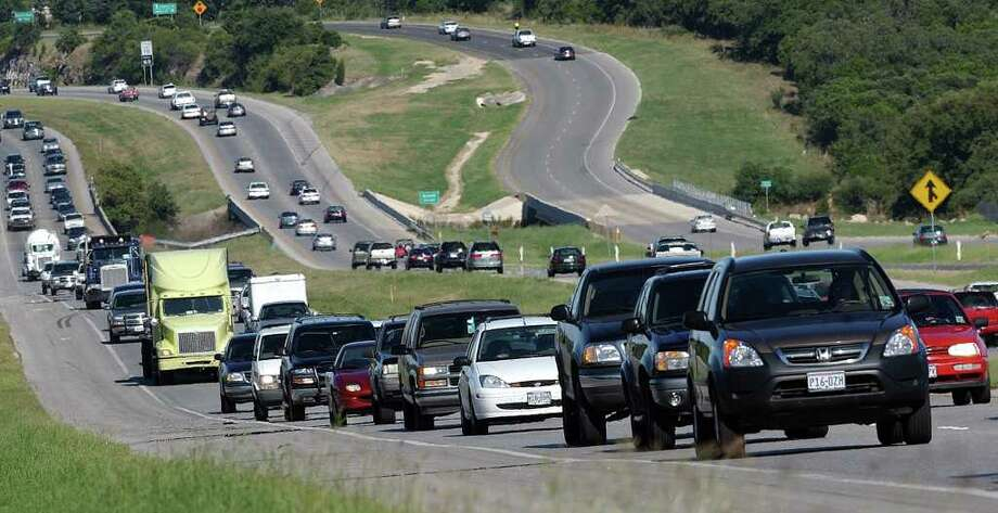 West-bound traffic along Loop 1604 near Blanco. Photo: JERRY LARA, SAN ANTONIO EXPRESS-NEWS / SAN ANTONIO EXPRESS-NEWS