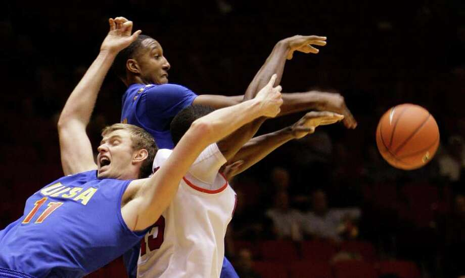 Tulsa's Steven Idlet, left, and  Eric McClellan, top, battle with UH's Leon Gibson for a rebound. Photo: Melissa Phillip, Houston Chronicle / © 2011 Houston Chronicle