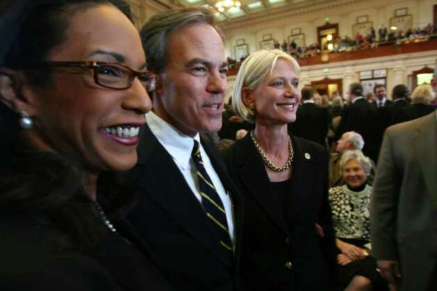 METRO  Joe Straus stands with Dawnna Dukes (D-Austin) and Elizabeth Ames Jones prior to the convening of the 81st Texas Legislature in Austin  January 13, 2009.   Tom Reel/Staff Photo: TOM REEL, SAN ANTONIO EXPRESS-NEWS / treel@express-news.net