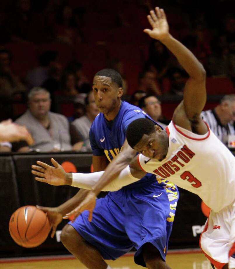 Tulsa's Eric McClellan, left, and UH's  J. J. Thompson chase after a ball in the second half. Photo: Melissa Phillip, Houston Chronicle / © 2011 Houston Chronicle