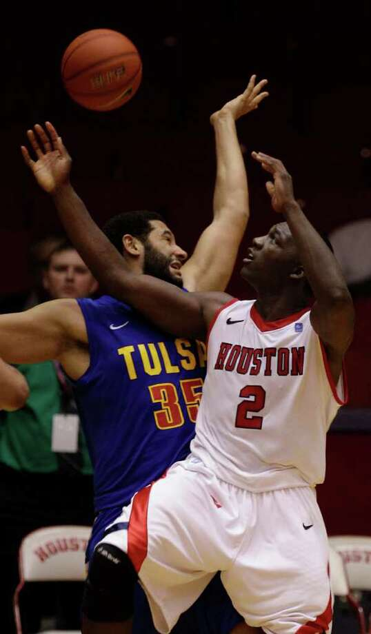 UH's Alandise Harris (2) tries to shoot over Tulsa's D. J. Magley during the second half. Photo: Melissa Phillip, Houston Chronicle / © 2011 Houston Chronicle