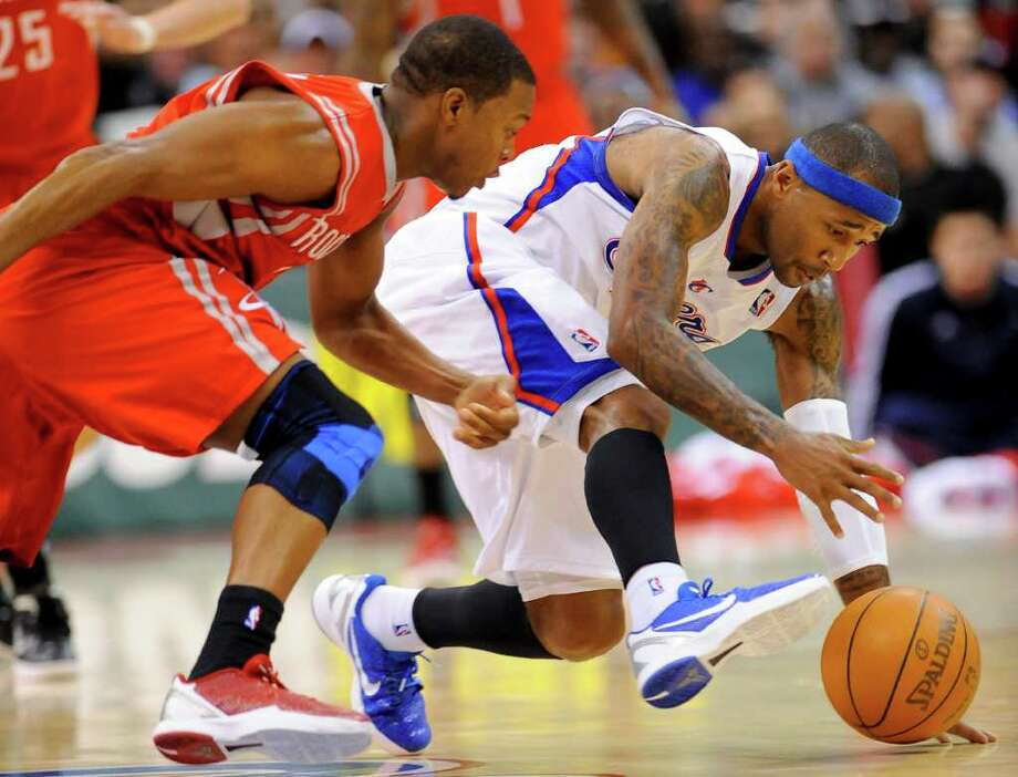 Houston Rockets guard Kyle Lowry, left, and Los Angeles Clippers guard Mo Williams, right, scramble for a loose ball in the first half of a NBA basketball game, Wednesday, Jan. 4, 2012, in Los Angeles. (AP Photo/Gus Ruelas) Photo: GUS RUELAS, Associated Press / FR157633 AP