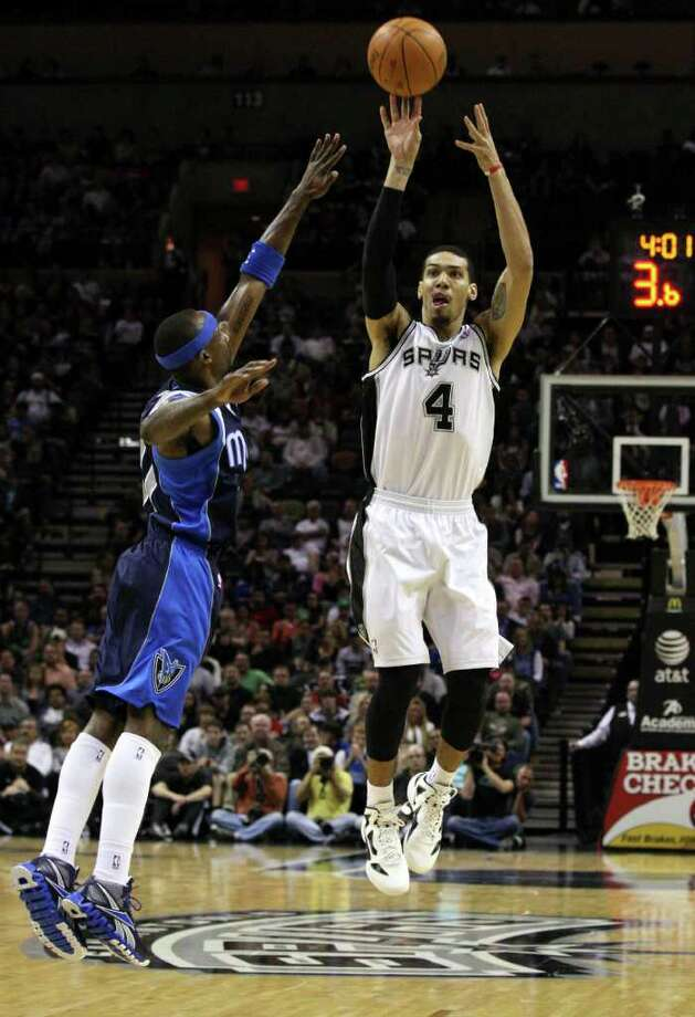 San Antonio Spurs guard Danny Green (4) shoots against Dallas Mavericks guard Jason Terry (31) during first half action Thursday Jan. 5, 2012 at the AT&T Center. Photo: EDWARD A. ORNELAS, Express-News / SAN ANTONIO EXPRESS-NEWS (NFS)