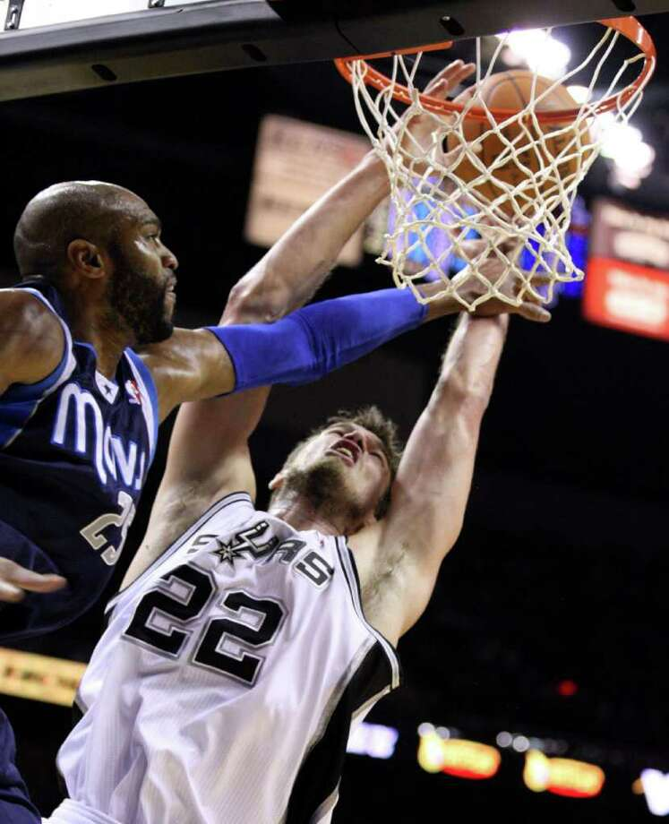San Antonio Spurs forward Tiago Splitter (22) is fouled by Dallas Mavericks guard Vince Carter (25) during first half action Thursday Jan. 5, 2012 at the AT&T Center. Photo: EDWARD A. ORNELAS, Express-News / SAN ANTONIO EXPRESS-NEWS (NFS)
