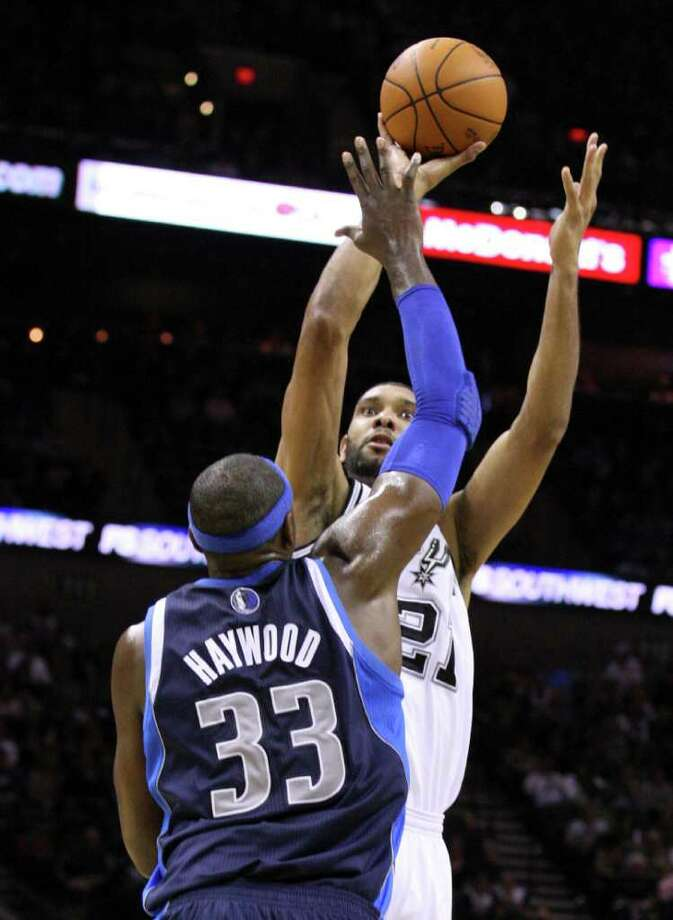 San Antonio Spurs forward Tim Duncan (21) shoots over Dallas Mavericks center Brendan Haywood (33) during first half action Thursday Jan. 5, 2012 at the AT&T Center. Photo: EDWARD A. ORNELAS, Express-News / SAN ANTONIO EXPRESS-NEWS (NFS)