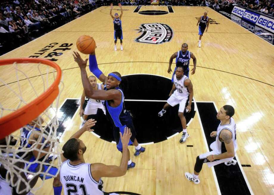 Dallas Mavericks center Brendan Haywood (33) shoots during first half action Thursday Jan. 5, 2012 at the AT&T Center. Photo: EDWARD A. ORNELAS, Express-News / SAN ANTONIO EXPRESS-NEWS (NFS)