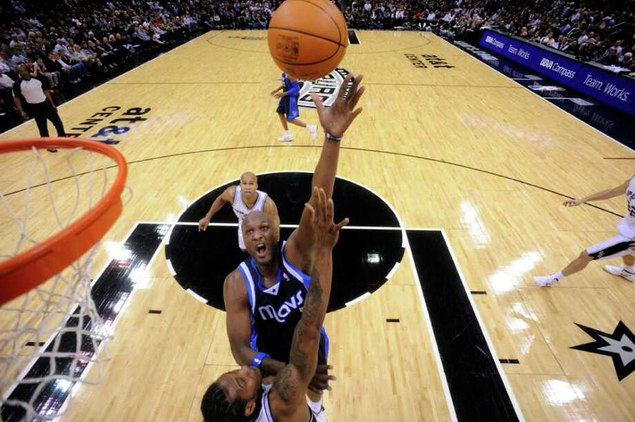 Dallas Mavericks forward Lamar Odom (7) shoots over San Antonio Spurs forward Kawhi Leonard (2) during first half action Thursday Jan. 5, 2012 at the AT&T Center. Photo: EDWARD A. ORNELAS, Express-News / SAN ANTONIO EXPRESS-NEWS (NFS)