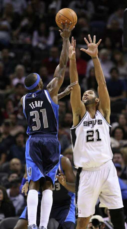 Dallas Mavericks guard Jason Terry (31) shoots over San Antonio Spurs forward Tim Duncan (21) during second half action Thursday Jan. 5, 2012 at the AT&T Center. Photo: EDWARD A. ORNELAS, Express-News / SAN ANTONIO EXPRESS-NEWS (NFS)