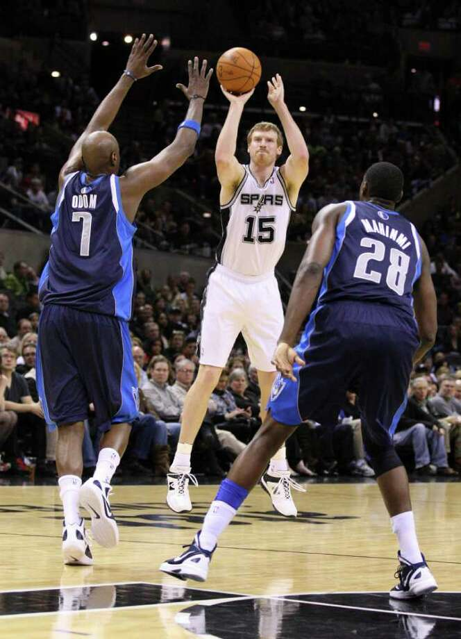 San Antonio Spurs forward Matt Bonner (15) shoots over Dallas Mavericks forward Lamar Odom (7) and Dallas Mavericks center Ian Mahinmi (28) during second half action Thursday Jan. 5, 2012 at the AT&T Center. Photo: EDWARD A. ORNELAS, Express-News / SAN ANTONIO EXPRESS-NEWS (NFS)