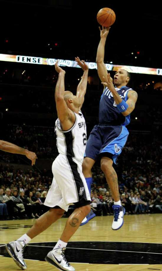 Dallas Mavericks forward Shawn Marion (0) shoots over San Antonio Spurs forward Richard Jefferson (24) during first half action Thursday Jan. 5, 2012 at the AT&T Center. Photo: KEVIN MARTIN, Express-News / SAN ANTONIO EXPRESS-NEWS (NFS)