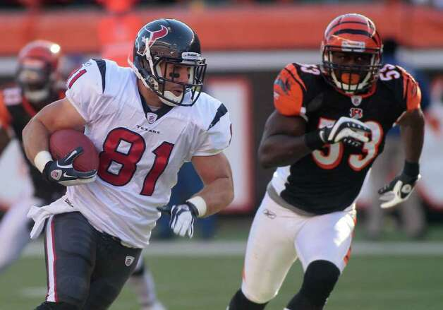 Houston Texans tight end Owen Daniels (81) runs past Cincinnati Bengals linebacker Thomas Howard (53) in the first half of an NFL football game, Sunday, Dec. 11, 2011, in Cincinnati. Photo: AP