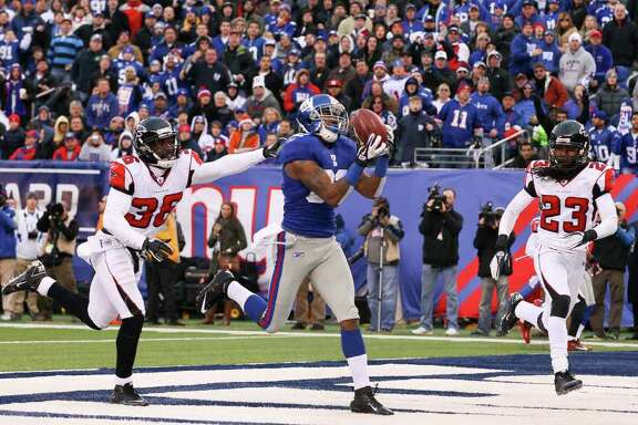New York Giants Mario Manningham (82) catches a touchdown pass in the second half of an NFL wild card playoff football game against the Atlanta Falcons at MetLife Stadium in East Rutherford, N.J., Jan. 8, 2012. The Giants won 24-2 and will next face the Green Bay Packers. (Doug Mills/The New York Times)