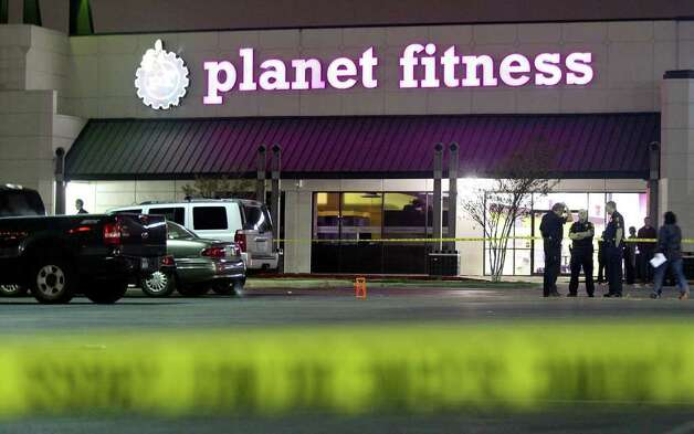 Members of the SAPD work the scene of a shooting outside the Planet Fitness, 25 NE Loop 410, Sunday Jan. 8, 2012. Photo: EDWARD A. ORNELAS, Express-News / SAN ANTONIO EXPRESS-NEWS (NFS)