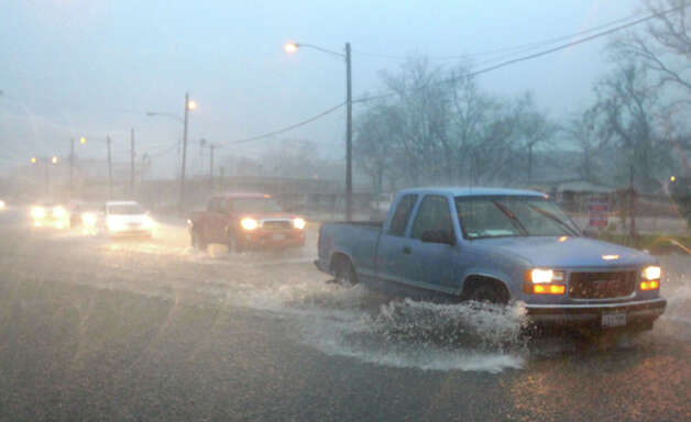 Street flooding on Washington near Thompson streets. Photo: (Cody Duty / Chronicle)