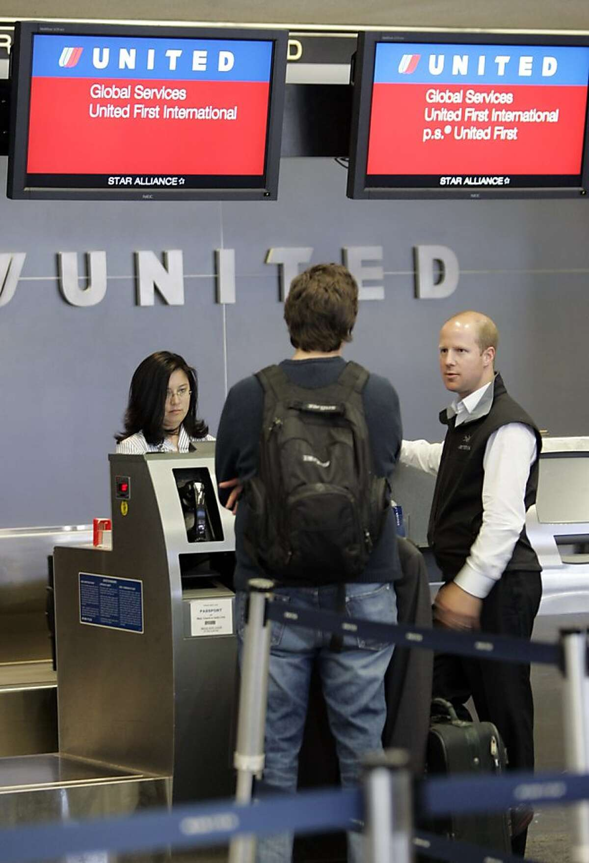 **FILE** In this June 4, 2008 file photo, United Airlines first class passengers check in at San Francisco International Airport in San Francisco. Continental Airlines says it is forming an alliance with United Airlines to link their networks and services worldwide, hoping to offset rising fuel costs. (AP Photo/Paul Sakuma, file)